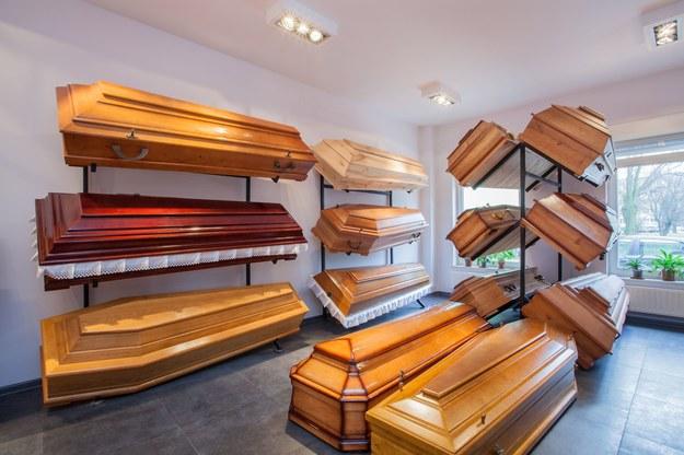Przepisy nie uzależniają wypłaty zasiłku pogrzebowego od przyczyny śmierci /123/RF PICSEL
