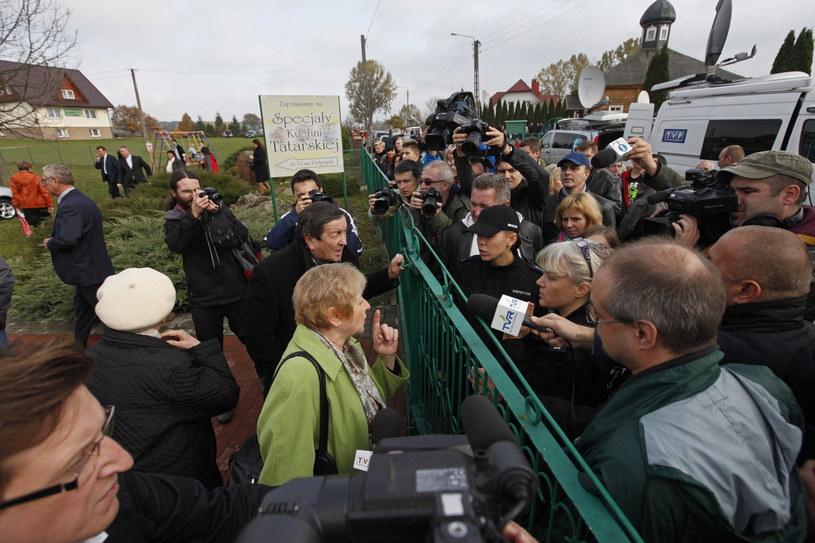 Przepychanki między obrońcami praw zwierząt a wiernymi, przed meczetem w Bohonikach /Artur Reszko /PAP