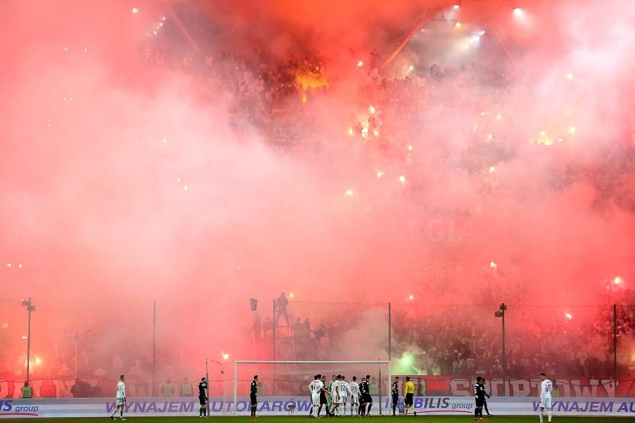 Przerwa w grze spowodowana odpalonymi przez kibiców Legii racami /Leszek Szymański /PAP