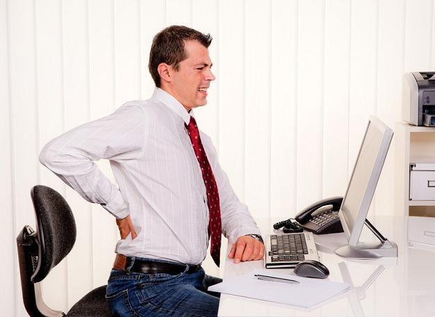 Przesiadywanie w jednej pozycji przeciąża mięśnie wokół kręgosłupa /© Panthermedia