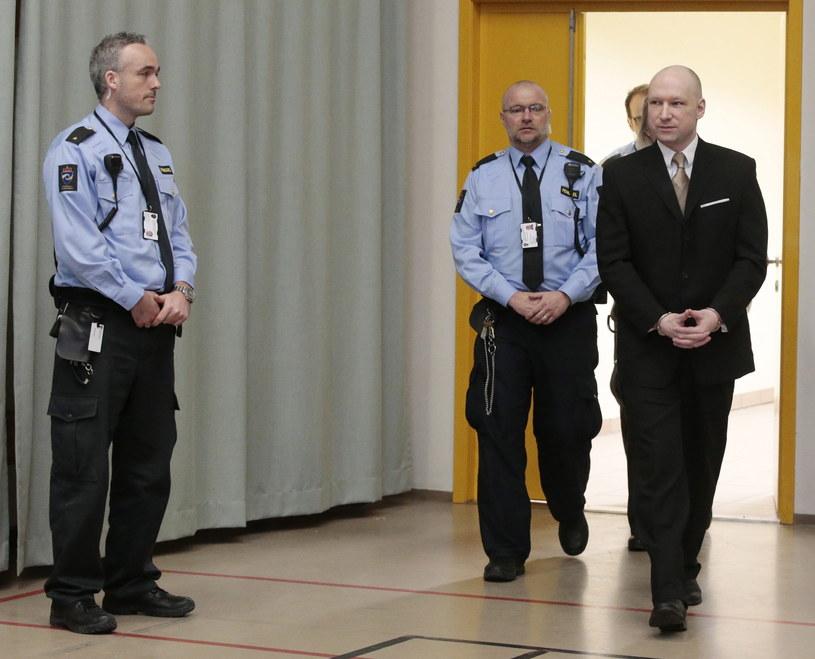 Przesłuchanie odbywa się na sali gimnastycznej więzienia w Skien /LISE ASERUD /PAP/EPA
