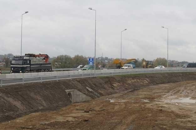 Przestępcy kopali tuż przy samym pasie autostrady /RMF