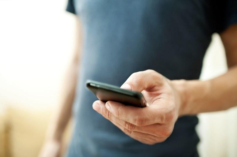 Przestępcy nie ustają w próbach okradania użytkowników telefonów przy pomocy SMS-ów premium /123RF/PICSEL