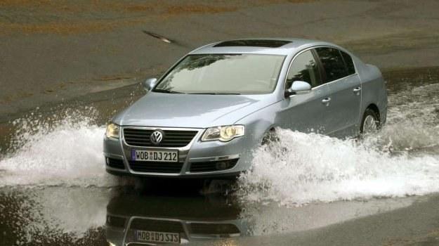 Przeszkody wodne należy pokonywać możliwie jak najwolniej, utrzymując duży odstęp od poprzedzającego samochodu. /Volkswagen