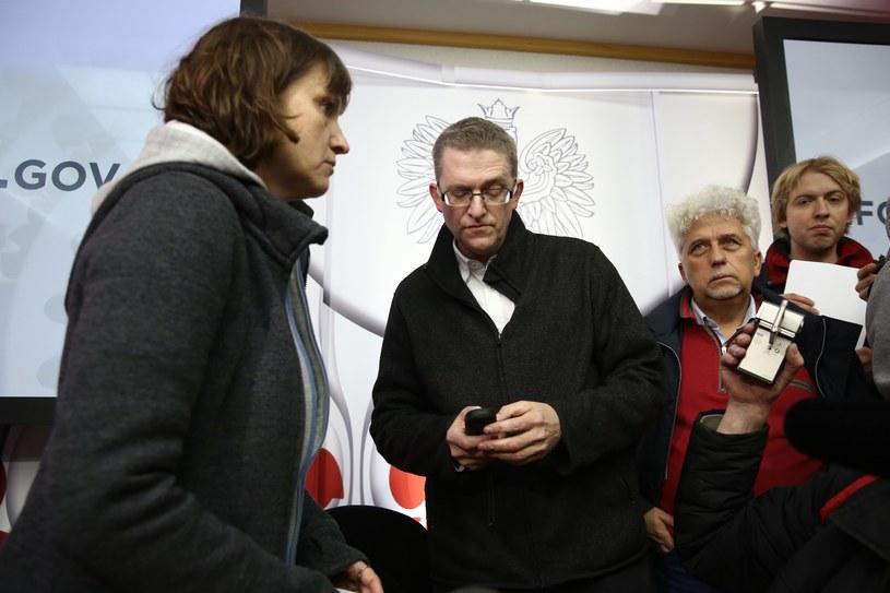 """Przewodnicząca stowarzyszenia """"Solidarni 2010"""" Ewa Stankiewicz (L) i reżyser Grzegorz Braun (2L) znajdują się w grupie osób, która wtargnęła do siedziby PKW /Tomasz Gzell /PAP"""