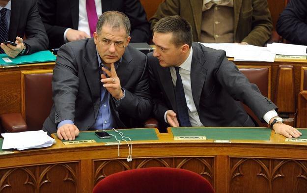 Przewodniczący klubu parlamentarnego Fideszu Antal Rogan na zdjęciu z prawej /AFP