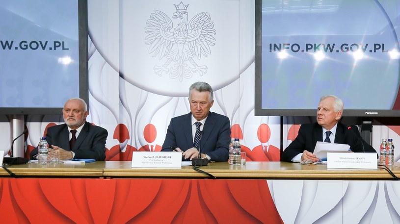 Przewodniczący PKW Stefan Jaworski (C), sekretarz PKW Kazimierz Czaplicki (L) oraz członek PKW, sędzia Włodzimierz Ryms /Paweł Supernak /PAP