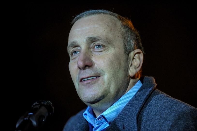 Przewodniczący PO Grzegorz Schetyna podczas konferencji prasowej przed Sejmem /Marcin Obara /PAP