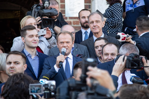 Przewodniczący Rady Europejskiej Donald Tusk podczas otwartego spotkania z mieszkańcami na Rynku Głównym w Krakowie /Jan Graczyński /PAP