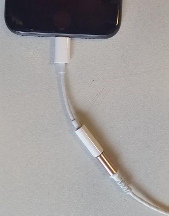 Przewodowe słuchawki podłączone do iPhone'a przez przejściówkę /INTERIA.PL