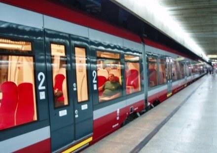 Przewoźnicy kolejowy prześcigają się w ofertach, które miałyby przekonać pasażerów do pociągów /RMF
