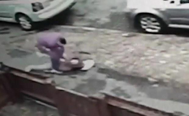 Przewrócił i bił 12-latkę, aby ukraść jej telefon. Szokujące nagranie