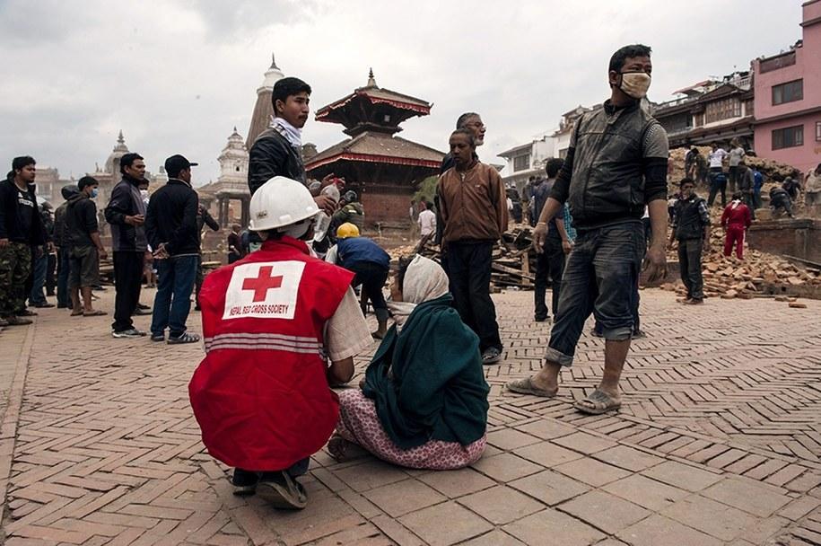 Przez całą noc międzynarodowe zespoły ratunkowe przekopywały się przez zwały gruzu w poszukiwaniu ocalałych /CARL WHETHAM/IFRC /PAP/EPA
