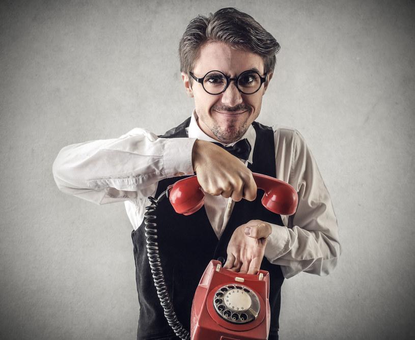 Przez ciebie biedak będzie skazany na telefon stacjonarny /123RF/PICSEL