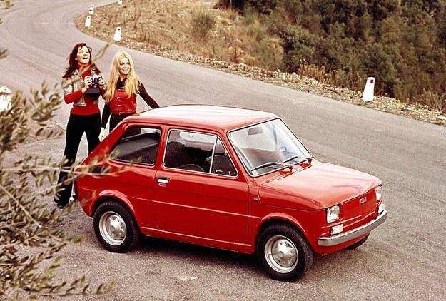 Przez wiele lat samochód stanowił część przestrzeni życiowej Polaków. Dla lokatorów powszechnych w czasach PRL mikroskopijnych M-2 ze ślepą kuchnią - bardzo istotną /. /