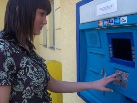 Przy bankomatach należy być szczególnie ostrożnym/fot. T. Piekarski /MWMedia