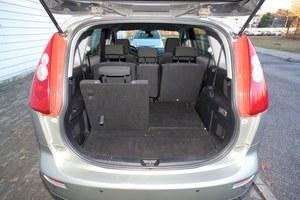 Przy komplecie pasażerów przestrzeń bagażowa to niewiele ponad 100 litrów, przy 5 osobach - około 450. Wysoki próg załadunku. /Motor