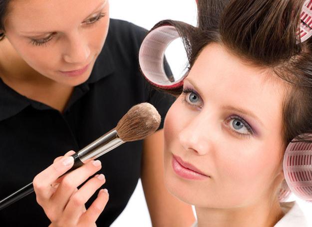 Przy makijażu silnie akcentującym oczy i usta tłem powinna być idealnie gładka cera /©123RF/PICSEL