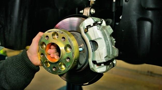 Przy montażu dystansów trzeba zazwyczaj zainwestować w nowe szpilki. /Motor