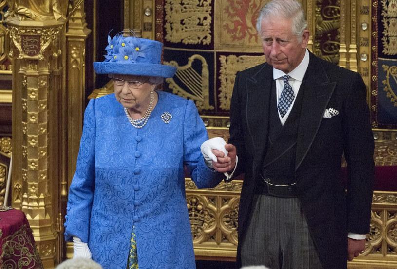 Przy następnym oficjalnym wystąpieniu królowa pewnie ostrożniej wybierze kapelusz... /East News