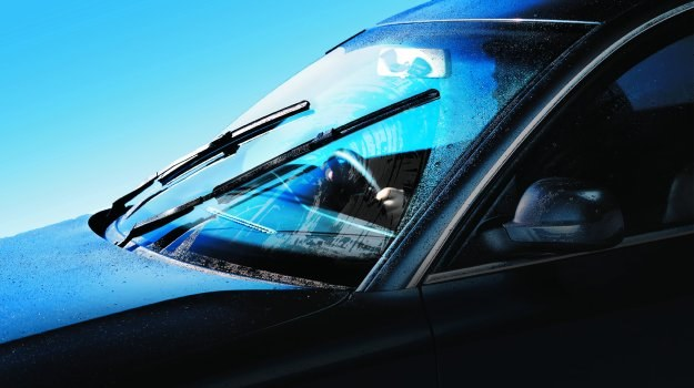 Przy prędkości 60 km/h w ciągu sekundy samochód pokonuje 17 metrów. Utrata widoczności nawet na tak krótką chwilę grozi wypadkiem. Zadbajmy zatem o czystą szybę i sprawne oświetlenie. /Motor