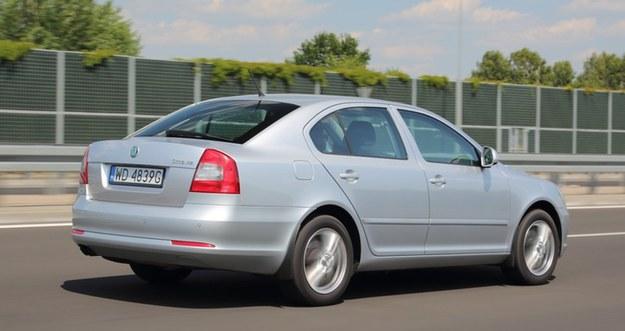 Przy prędkości autostradowej (140 km/h) Octavią podróżuje się bardzo komfortowo, także dzięki sześciu biegom. /Motor