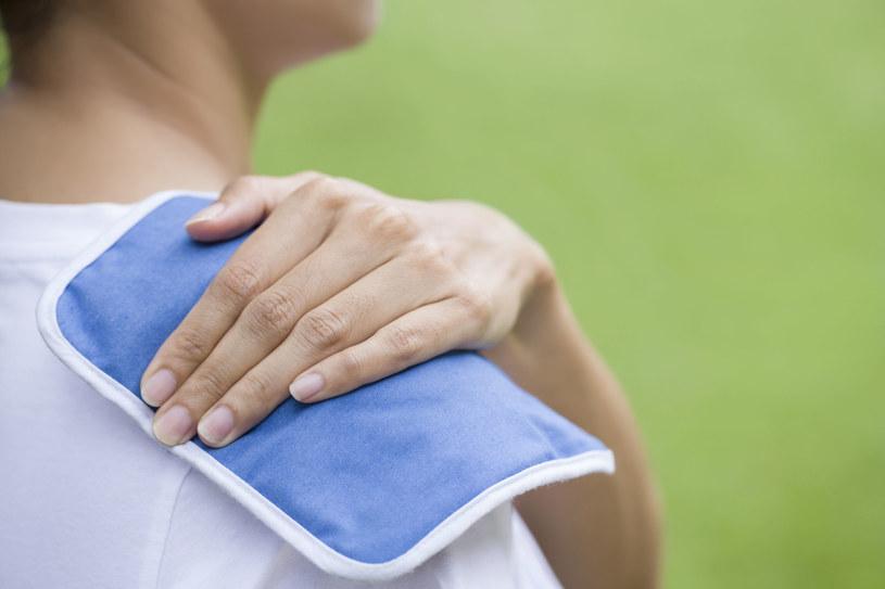 Przy przeciążeniu mięśni, np. podczas wysiłku fizycznego okład z lodem złagodzi ból mięśni /123RF/PICSEL