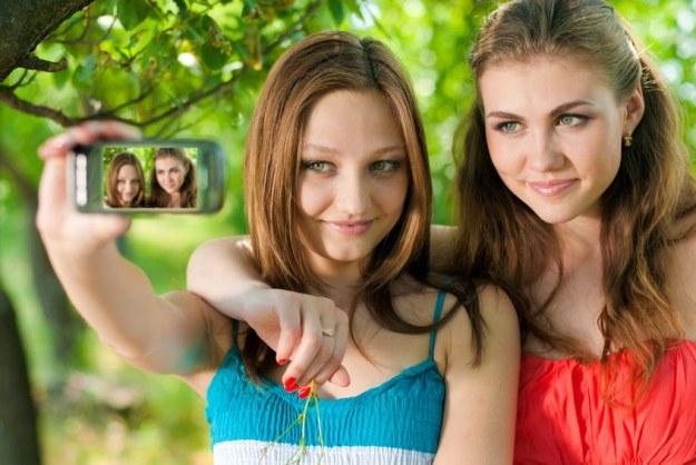 Przy smartfonowym fotografowaniu warto pamiętać o kilku zasadach /123RF/PICSEL
