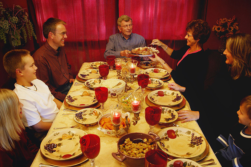 Przy suto zastawionym, świątecznym stole trudno o umiar... /123RF/PICSEL