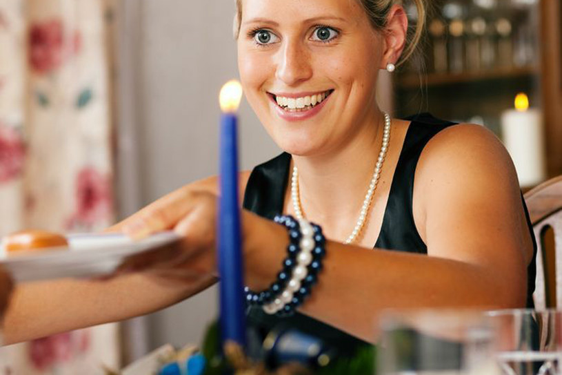Przy świątecznym stole jedz dania normalnej wielkości i jak najmniejszy deser. Nie siedź przy stole zbyt długo /123RF/PICSEL