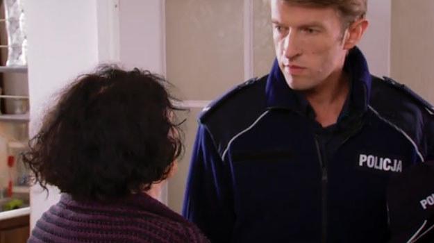 Przybyły na miejsce policjant jest zdezorientowany. Ludwika tłumaczy mu, dlaczego zaatakowała męża. /TVN