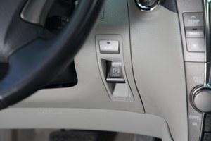 Przycisk hamulca pomocniczego znajduje się w nietypowym miejscu. /Motor