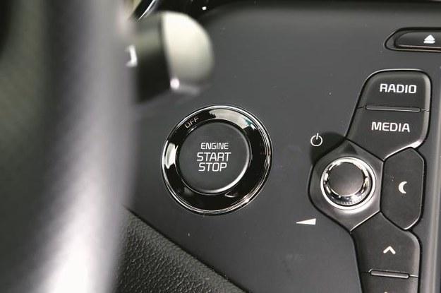 Przycisk Start/Stop oraz dostęp bezkluczykowy to seryjne atrybuty drugiej, droższej odmiany XL, wycenionej na kwotę 93 990 zł. /Mat. Prasowe