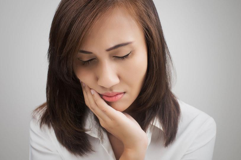 Przyczyną bólu zęba może być zwykłe przeziębienie! /123RF/PICSEL