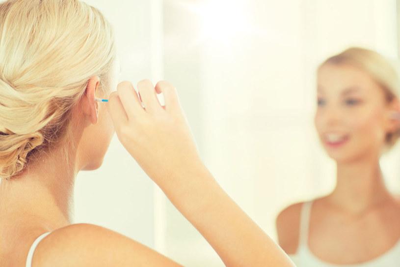 Przyczyną szumów może być zalegająca woskowina /123RF/PICSEL