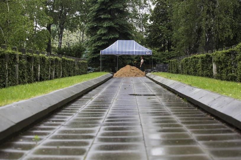Przygotowania do pogrzebu generala Wojciecha Jaruzelskiego na Cmentarzu Wojskowym na Powazkach /Andrzej Hulimka  /Reporter