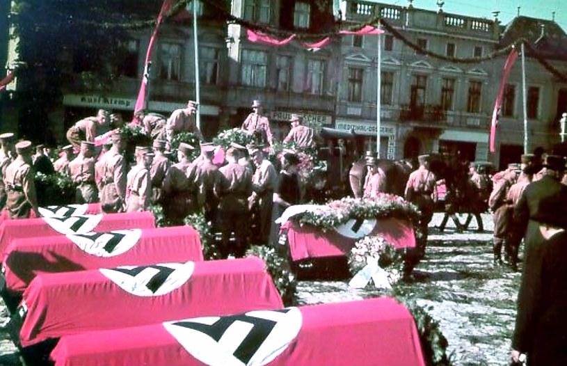 Przygotowania do pogrzebu ofiar marszu obornickiego w obiektywie pastora Wilhelma Brauera /&nbsp