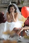 """""""Przygotowanie kreacji ślubnej dla panny młodej trwało blisko dziesięć godzin. Razem z moją asystentką dokonałyśmy przeróbek, a na całość naszyłyśmy błyszczące koraliki""""."""