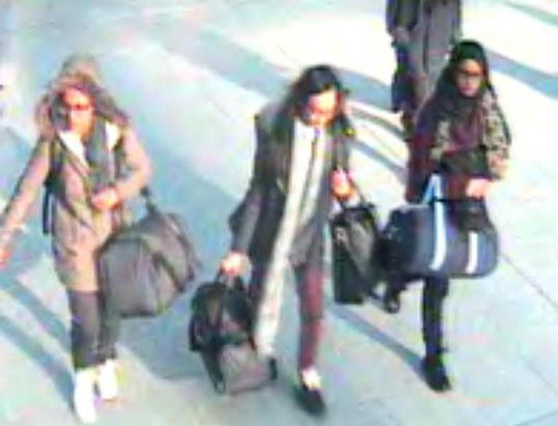 Przyjaciółki na lotnisku w Londynie /AFP