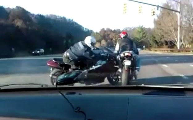 Przykład na to, że trzeba umieć zapanować nad motocyklem, zanim zacznie się popisywać /