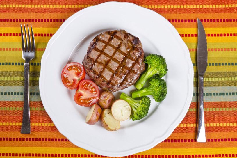Przyrządzając danie pamiętajmy, żeby na talerzu znalazły się jak najbarwniejsze składniki /©123RF/PICSEL