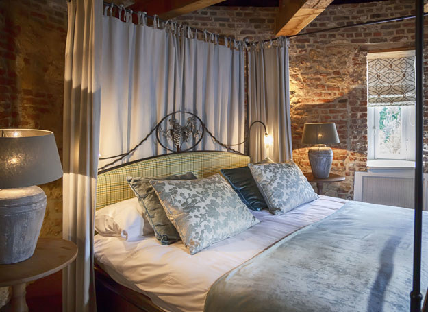Przytulna sypialnia z dużym, wygodnym łóżkiem może stać się ulubionym miejscem wszystkich domowników /123RF/PICSEL