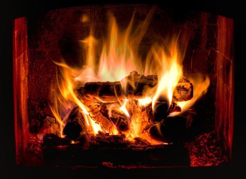 Przytulny kominek może zaszkodzić zdrowiu /123RF/PICSEL
