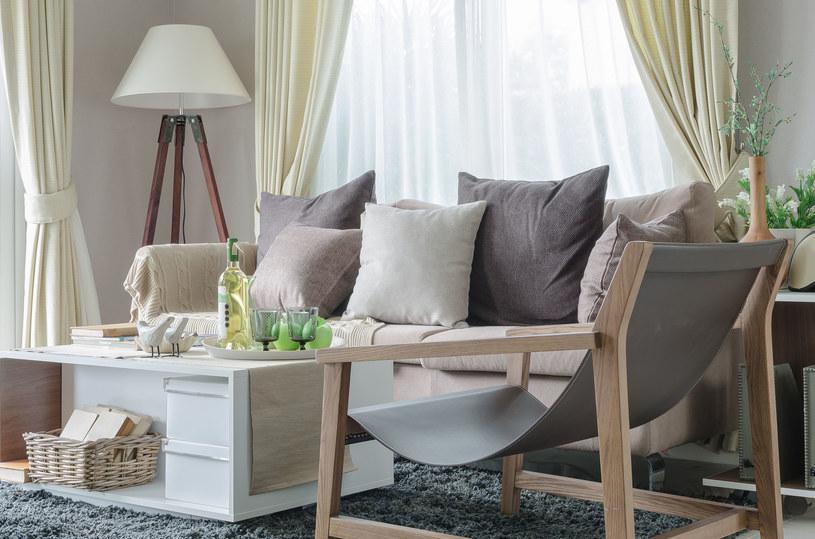 Przytulny salon pomoże przetrwać długie, jesienne wieczory /123RF/PICSEL