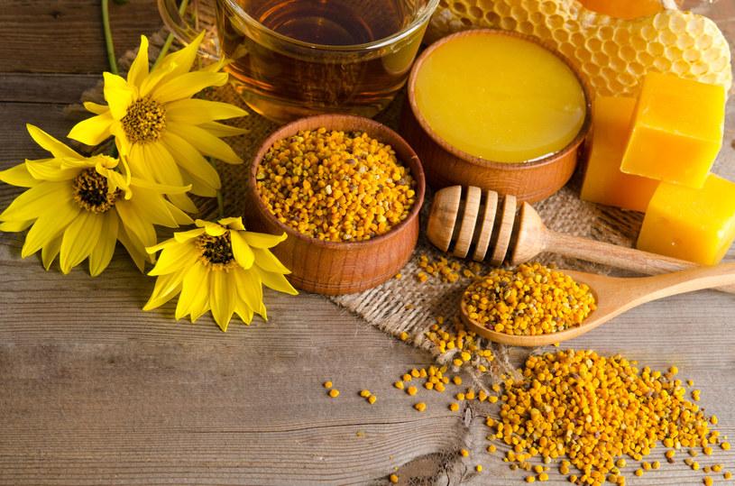 Pszczoły, poza miodem, produkują szeroką gamę substancji leczniczych, np. propolis czy pyłek pszczeli /123RF/PICSEL