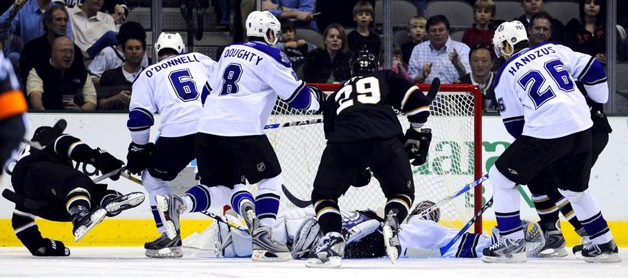 Pucharu Stanleya będą bronić Los Angeles Kings (biało-niebieskie stroje) /fot. LARRY W. SMITH /PAP/EPA