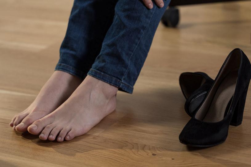 Puchnięciu nóg sprzyja wysoka temperatura powietrza i niedostateczne nawodnienie organizmu /©123RF/PICSEL