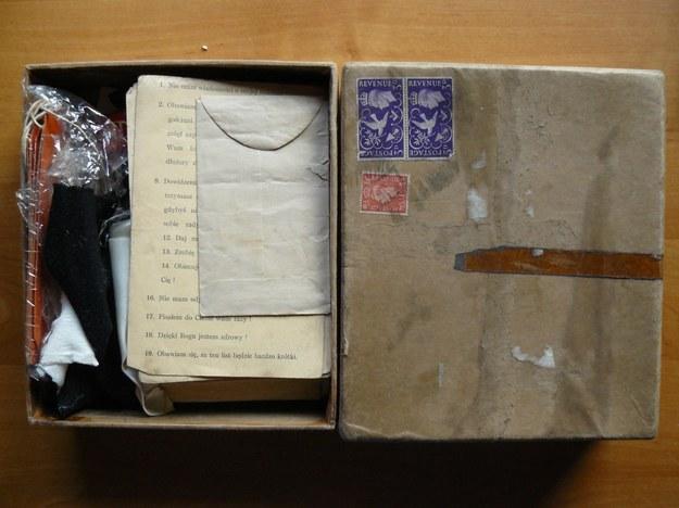 Pudełko z rzeczami polskiego żołnierza, znalezione na wysypisku śmieci przez Irlandczyka Thomasa Flynna /Centrum Dokumentacji Zsyłek, Wypędzeń i Przesiedleń Uniwersytetu Pedagogicznego /