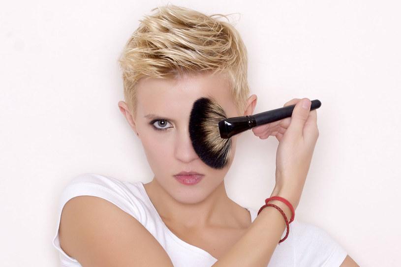 Puder utrwali makijaż, wygładzi cerę /©123RF/PICSEL