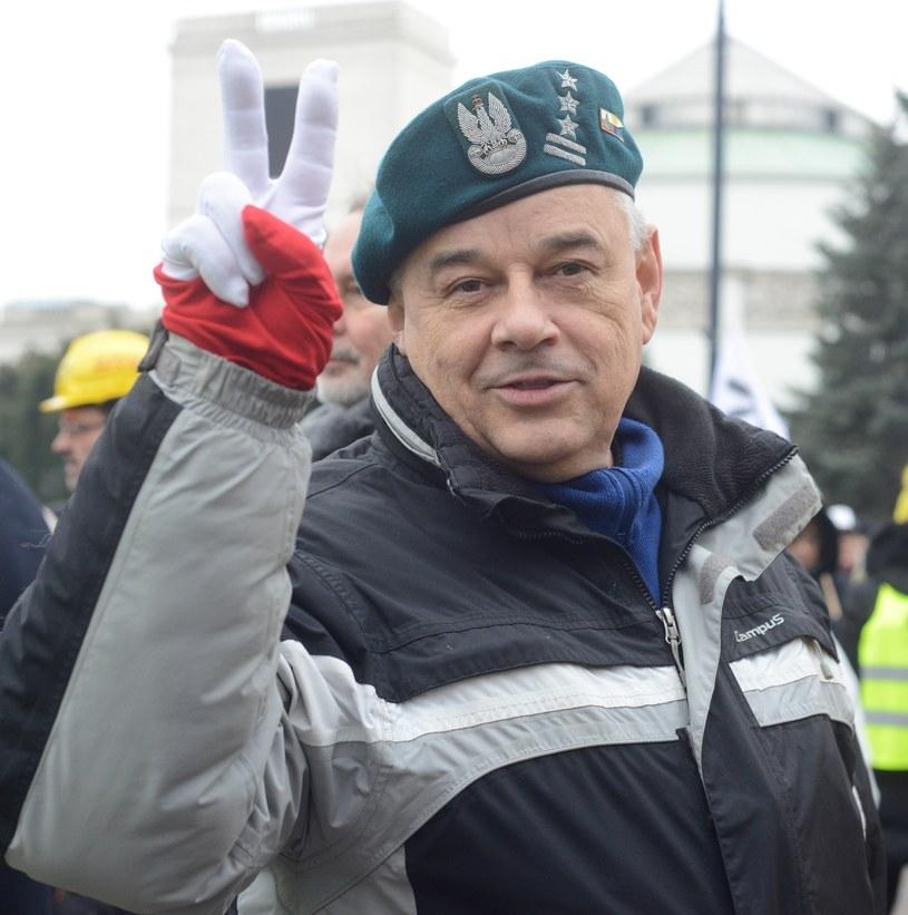 Pułkownik Adam Mazguła na proteście KOD i Obywateli RP przed Sejmem /Witold Rozbicki/REPORTER /Reporter
